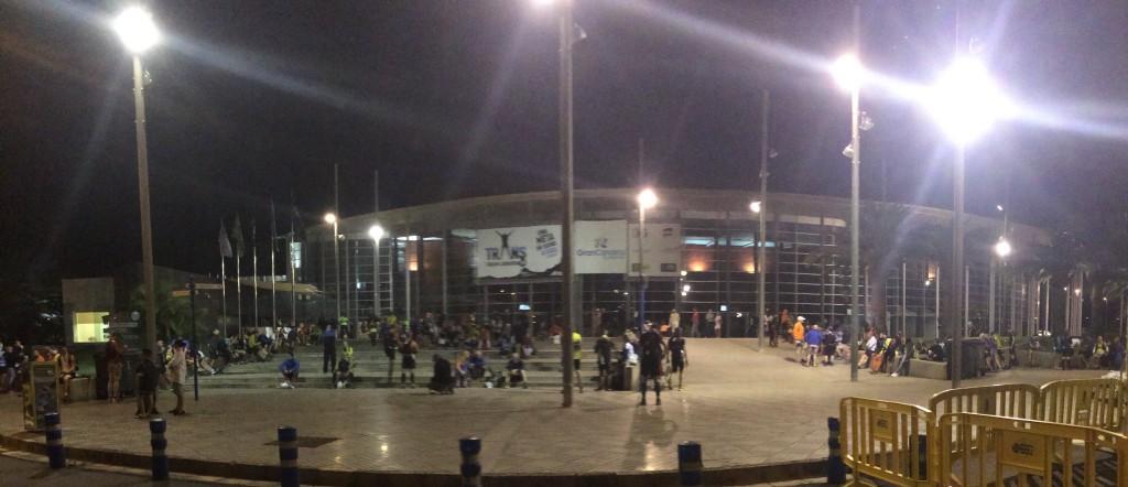 Die etwas andere Bushaltestelle ... Vorstratstimmung ... Expo Meloneras bei Nacht